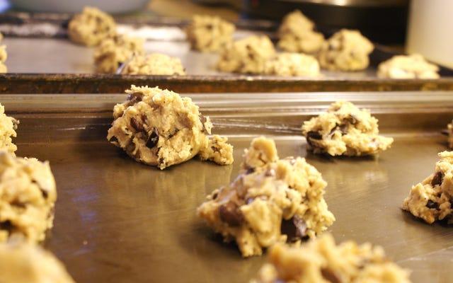 Sim, ainda não é uma boa ideia comer massa de biscoito crua