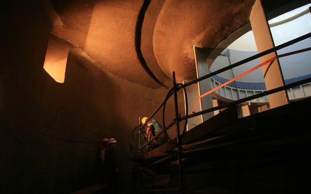 昔ながらの水力発電所の奥深くにある珍しい外観