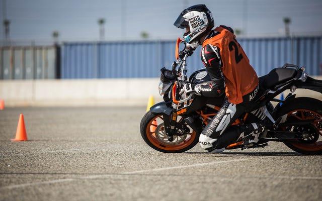 Cómo ir muy lento muy rápido con la Gymkhana de motocicletas