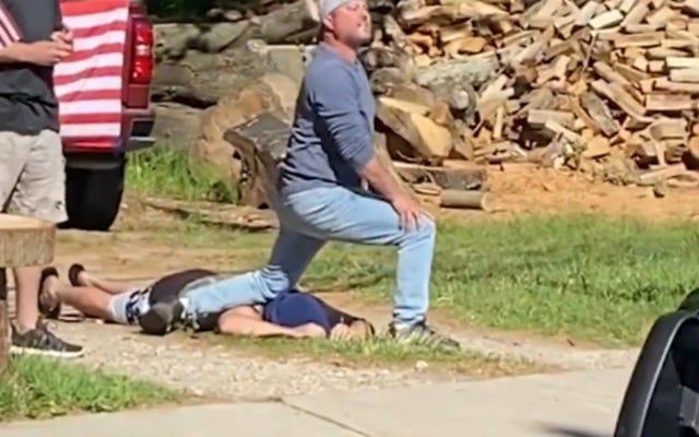 ニュージャージーの白人男性がジョージ・フロイドの死を再現することで平和的な抗議者を嘲笑する