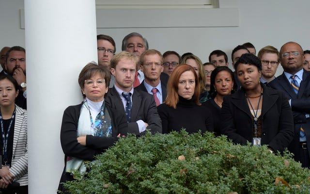 落ち込んでいるように見えるホワイトハウスのスタッフのその写真は、今日のひどいニュースではなく、昨日のひどいニュースからのものでした