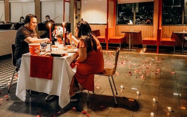 ジョリビーはカップルの最初のデートを再現します。ロマンスは死んだと誰が言いますか?