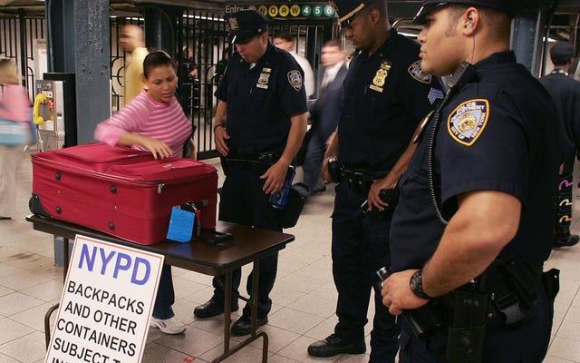 「制服を着たデービッド・デューク」:ニューヨーク市警の警官は、地下鉄の黒人とラテン系の通勤者を標的にするように彼らに言ったと言います