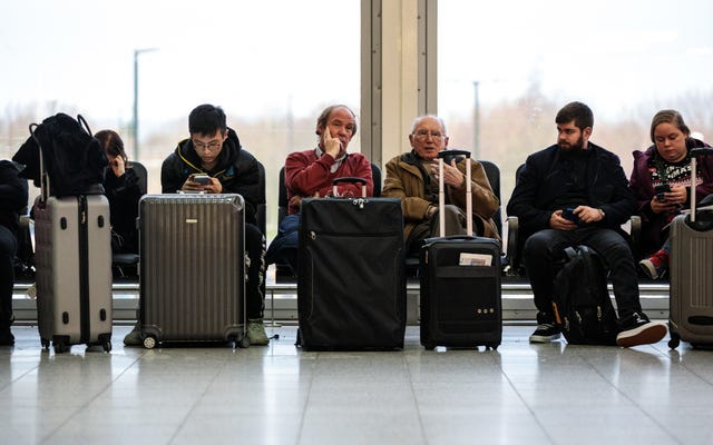 Cómo sobrevivir a un retraso prolongado en el aeropuerto