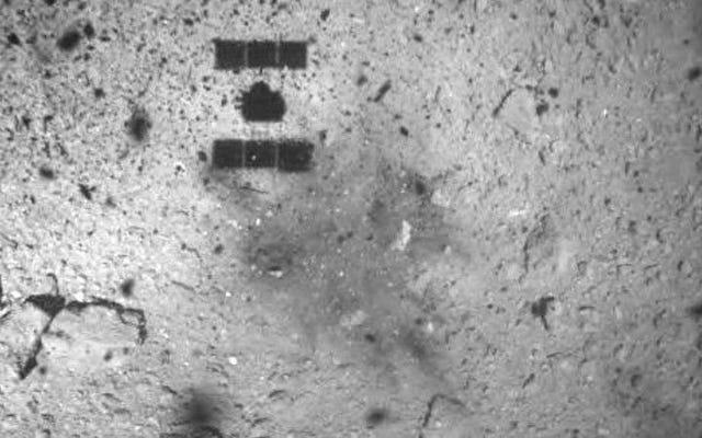 Questa strana macchia scura appare nel punto in cui la sonda Hayabusa 2 ha prelevato il campione dall'asteroide Ryugu