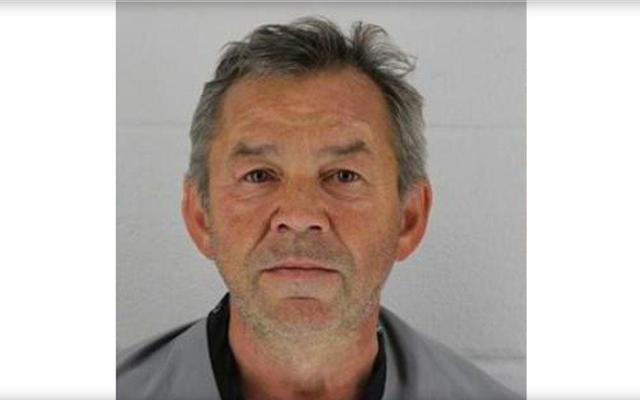 カンザス州ウォルマートで4か月前の窒息で起訴された元ニュージャージー州司祭