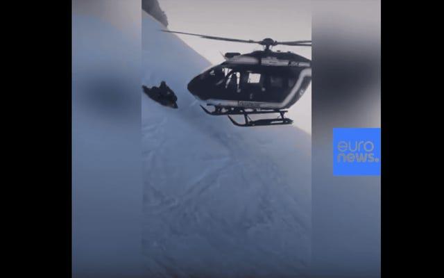 このパイロットが負傷したスキーヤーを救うためにアルプスにヘリコプターを着陸させるのを見る