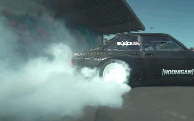 Mira a Ken Block crear algo de humo con un Ford Escort 1978