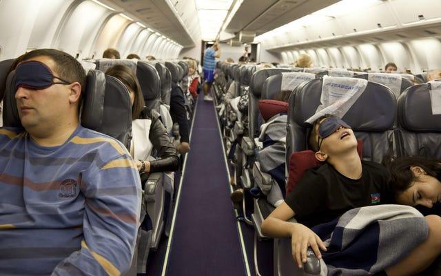飛行機で寝る最良の方法は何ですか?