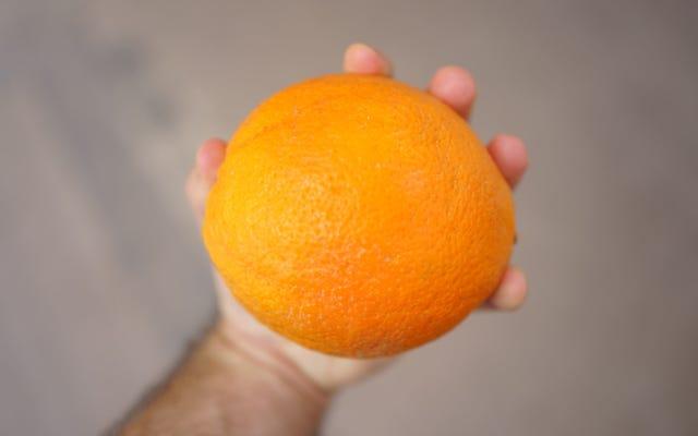 Cette vidéo d'un homme mangeant une orange comme une pomme a piqué notre rage et notre perplexité
