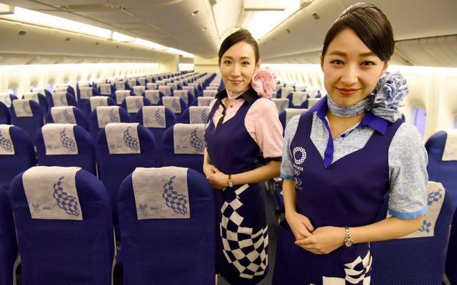 日本の一部の女性労働者は、「冷たい印象を与える」ために眼鏡の着用を禁止されました