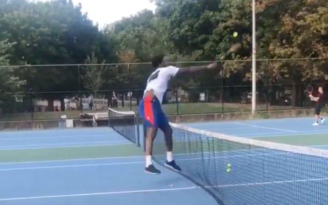 जोएल एम्बीड फिलि में सार्वजनिक न्यायालयों में टेनिस बॉल्स को कुचलते हैं