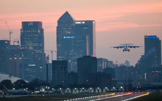 ロンドンシティ空港近くの川で発見された不発の第二次世界大戦爆弾