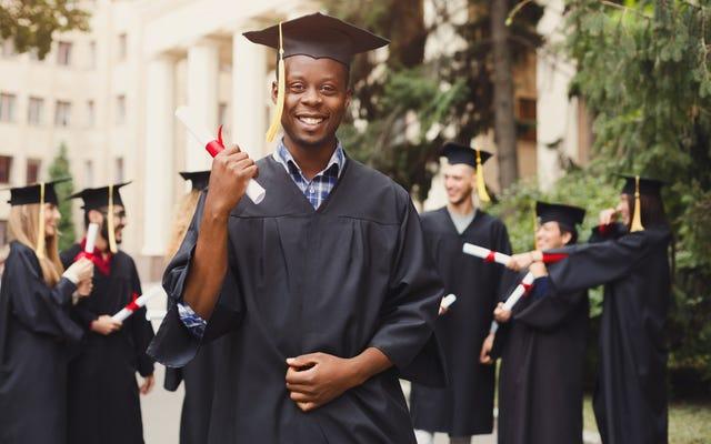 「メリット」の神話:人種を意識した大学入学についての白人の嘘