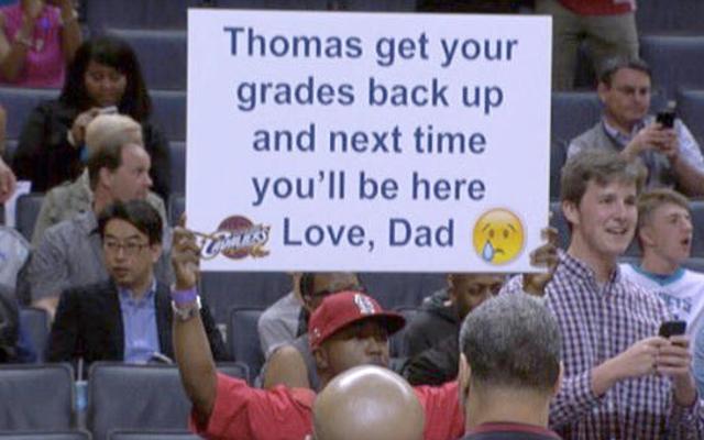 ウイルスのお父さんは、なぜ彼が悪い成績の息子をサインで荒らしたのかを説明します