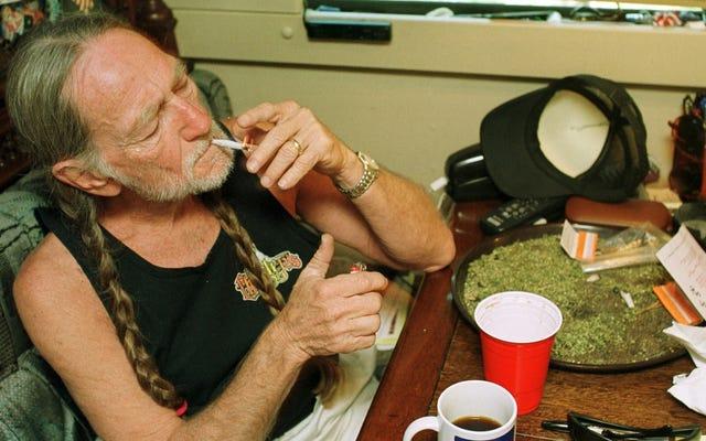 ウィリー・ネルソンは、同じ日に喫煙雑草をやめ、地獄は凍りつく