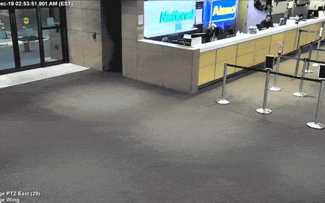 Грузовик проезжает через стену аэропорта в Ду, Флорида
