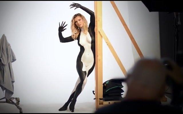 Mira a Joanna Krupa canalizar una orca sexy y asustada para PETA