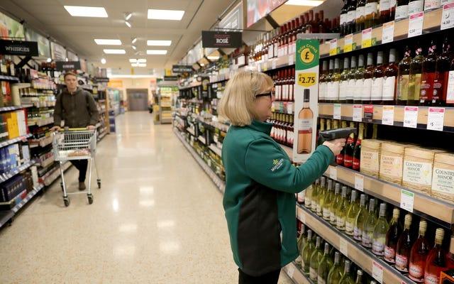 Supermarkety w Wielkiej Brytanii przeprowadzą testy przy użyciu funkcji rozpoznawania twarzy, aby zweryfikować wiek kupujących alkohol, zgłoś roszczenia