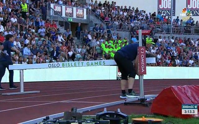 当局は、6インチの障壁を高く設定して障害物競走を台無しにする