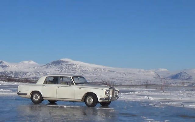 あなたができるという理由だけで、あなたは北極圏にヴィンテージロールスロイスを運転するべきです
