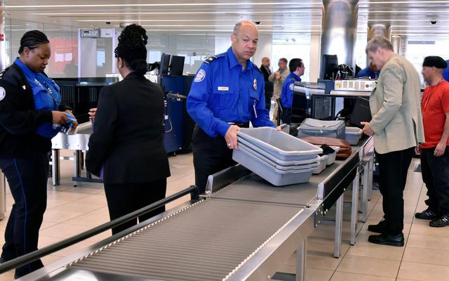 Как получить секретное обручальное кольцо через службу безопасности аэропорта
