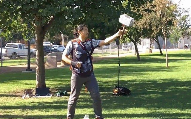 रियल-लाइफ थोर एक फ्लाइंग Mjolnir हथौड़ा बनाता है जो उसे लौटाता है