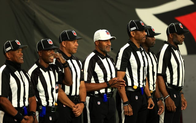 Vale la pena celebrar el primer equipo de árbitros completamente negro de la NFL, pero no debería haber tomado tanto