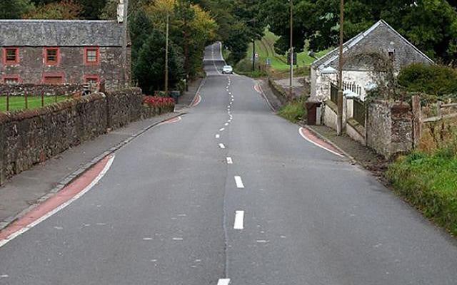 Una città scozzese decide di dipingere linee curve su una strada diritta (per una buona ragione)