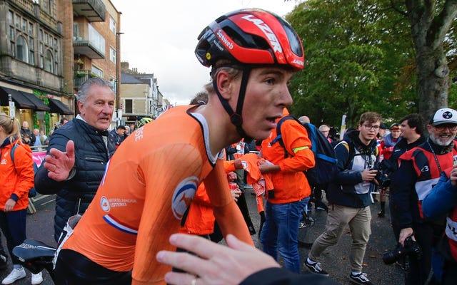 ヒロイックサイクリングの世界チャンピオンは、彼自身の肩関節脱臼を修正した後に勝ちます。