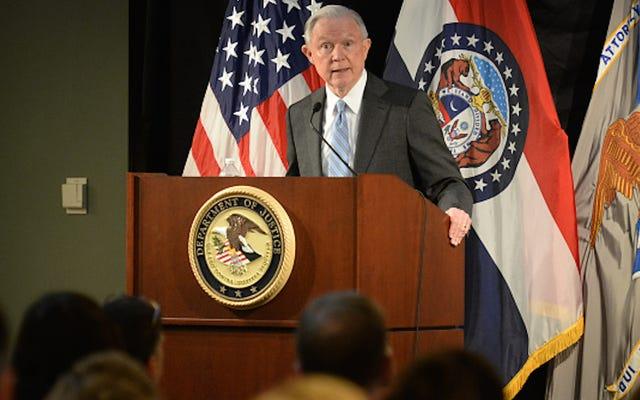 司法長官のジェフ・セッションズは、論説で「積極的な警察」を呼びかけています
