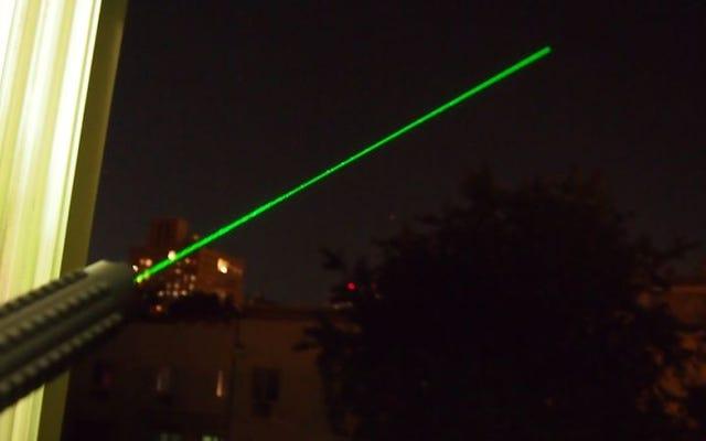 FBI: Un homme `` pensait que ce serait drôle '' de faire briller le laser dans les yeux d'un pilote, une voiture s'est écrasée à la poursuite