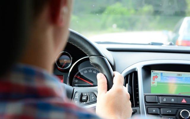 क्यों हम अपनी कारों को संकट में डालते हैं, जबकि दिन के दौरान और ड्राइविंग करते हैं