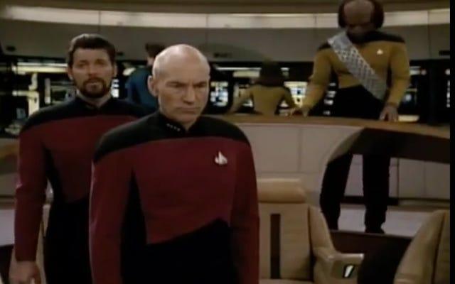 В оригинальном питче для Star Trek: The Next Generation была изображена голограмма капитана.