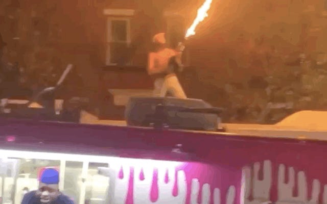男がバスの屋根から火炎放射器を発射し、ニューヨーク市の通勤をトーチャーに変える
