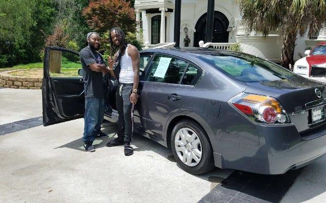 交通事故でラッパーを無意識のうちに助けた男は、新しい車で報われる