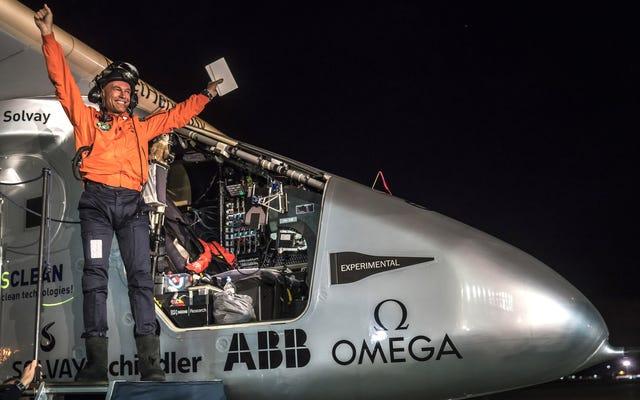 ソーラーインパルス2は、空中で62時間後にカリフォルニアに着陸しました。