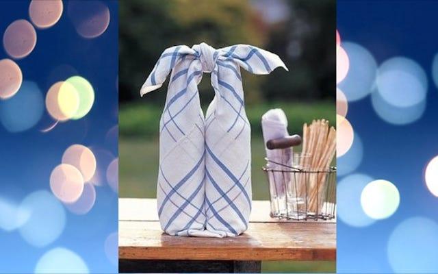ボトル入りの飲み物を布ナプキンで包んで、ピクニックで簡単に持ち運べます