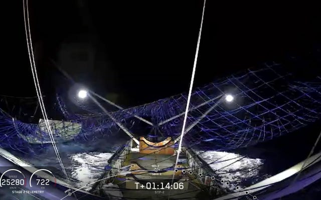 SpaceXは、1年半の試行の後、初めてロケットのキャップを捕まえることができました