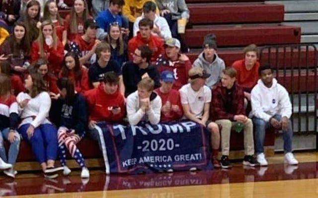 高校生が主に黒人の学校に対してトランプ2020の旗をバスケットボールの試合に持ち込む