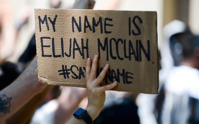 コロラド州オーロラ、エリヤ・マクレーンの記念碑での死をあざける写真に写っていたとされる捜査官