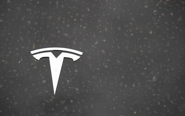 टेस्ला की सौर छत के नए संस्करण की कीमत $ 42,000 है और इसे आठ घंटे से भी कम समय में स्थापित किया जा सकता है