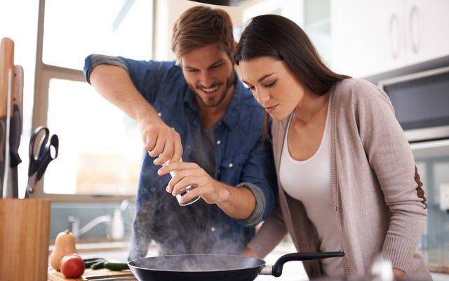 La scena di sesso saltata in padella di Cinquanta sfumature di nero è una rappresentazione terribilmente poco sexy del coito in cucina
