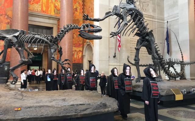 Un multimillonario que financia la negación del cambio climático ya no figura en la junta del Museo Estadounidense de Historia Natural