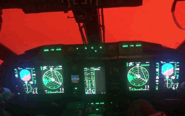 救助任務のパイロットのコックピットから見たオーストラリアの火の地獄