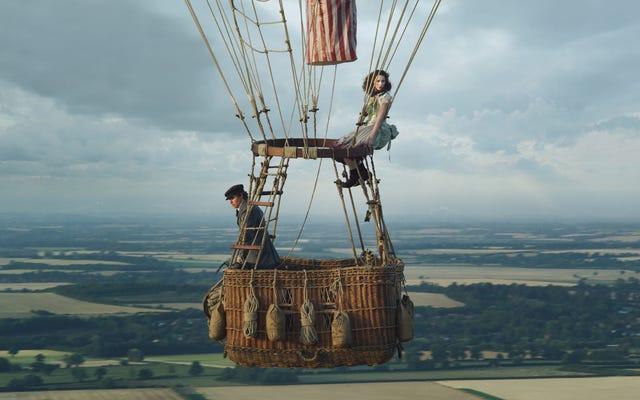 フェリシティ・ジョーンズとエディ・レッドメインは、熱気球で急上昇するが、陸上で退屈する飛行士です。