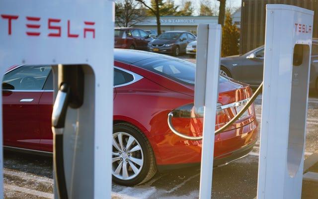 Tesla riduce la potenza dei suoi compressori per alcuni clienti che li usano troppo