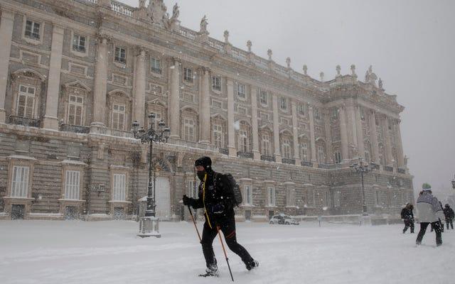 Najgorsza śnieżyca w Hiszpanii od dziesięcioleci powoduje zawalenie części kraju