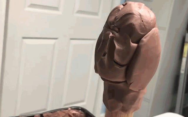 Совершенно волшебно наблюдать, как этот скульптор превращает кусок глины в Халка