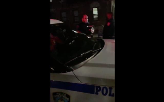 """L'agente di polizia di New York è stato sospeso dopo un video di lui che usa l'altoparlante della pattuglia per dire """"Mettilo su Facebook. Trump 2020, 'è stato messo su Facebook"""
